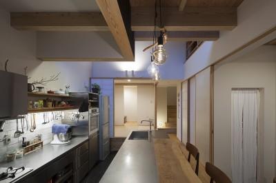 こだわりのキッチン (焼杉に包まれた優しい木の家)