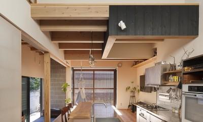 焼杉に包まれた優しい木の家 (土間と吹抜と暖房と)