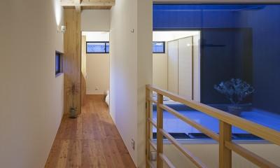 焼杉に包まれた優しい木の家 (寝室への道のり)
