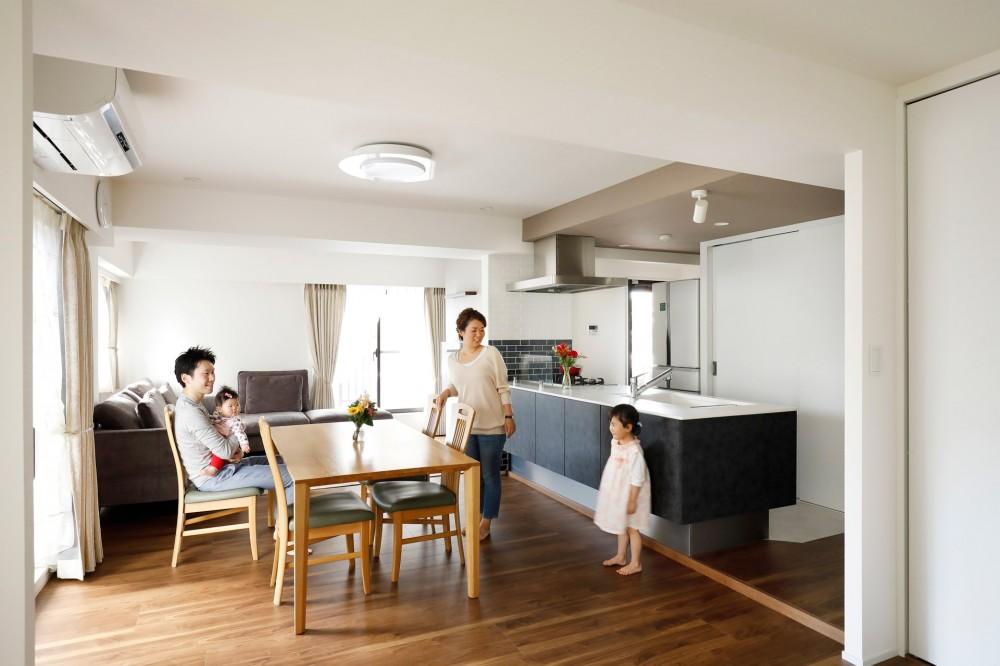 家族が集まるリビングダイニング (一見シンプルな住まいながら、来客には見えないオシャレにもこだわった家。)
