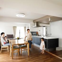 一見シンプルな住まいながら、来客には見えないオシャレにもこだわった家。 (家族が集まるリビングダイニング)