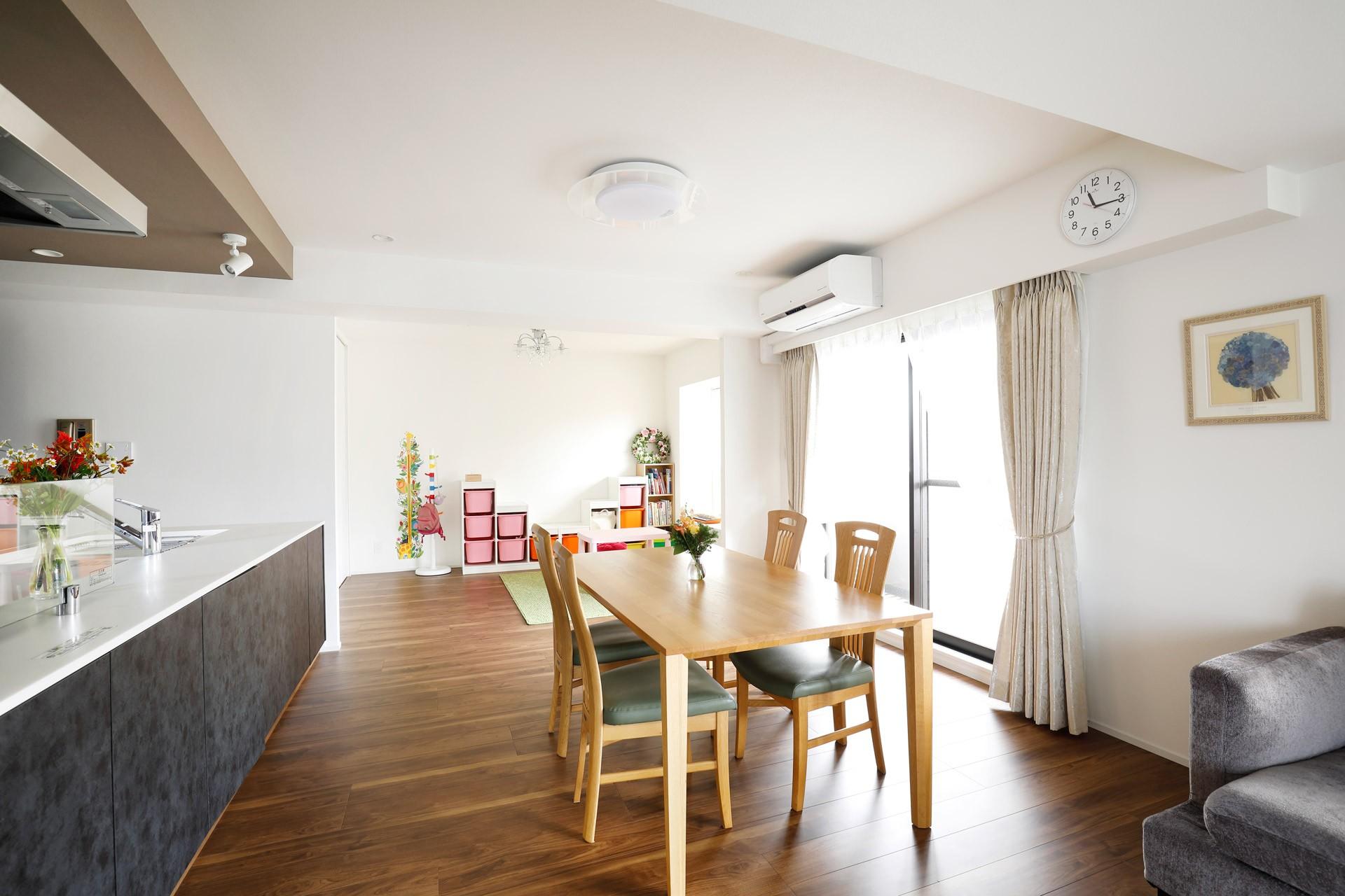 一見シンプルな住まいながら、来客には見えないオシャレにもこだわった家。 (ダイニング脇のお子様スペース)