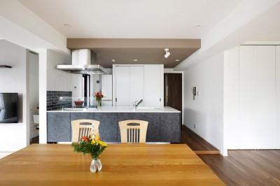 ダイニングキッチン (一見シンプルな住まいながら、来客には見えないオシャレにもこだわった家。)