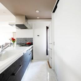 キッチン (一見シンプルな住まいながら、来客には見えないオシャレにもこだわった家。)