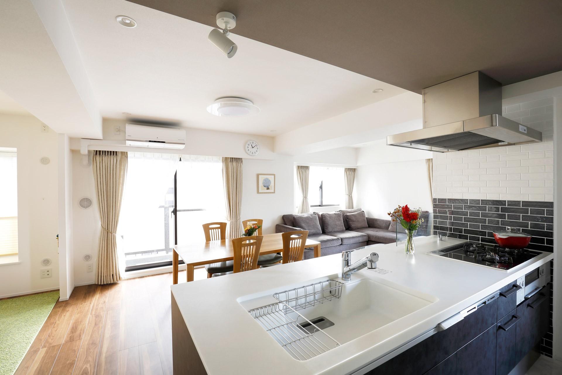 一見シンプルな住まいながら、来客には見えないオシャレにもこだわった家。 (家族が見渡せるキッチン)