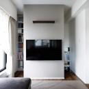 一見シンプルな住まいながら、来客には見えないオシャレにもこだわった家。の写真 壁掛け式テレビの後ろには収納