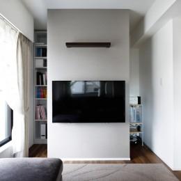 壁掛け式テレビの後ろには収納
