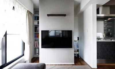 一見シンプルな住まいながら、来客には見えないオシャレにもこだわった家。 (壁掛け式テレビの後ろには収納)