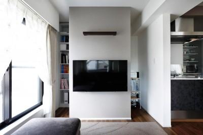 壁掛け式テレビの後ろには収納 (一見シンプルな住まいながら、来客には見えないオシャレにもこだわった家。)