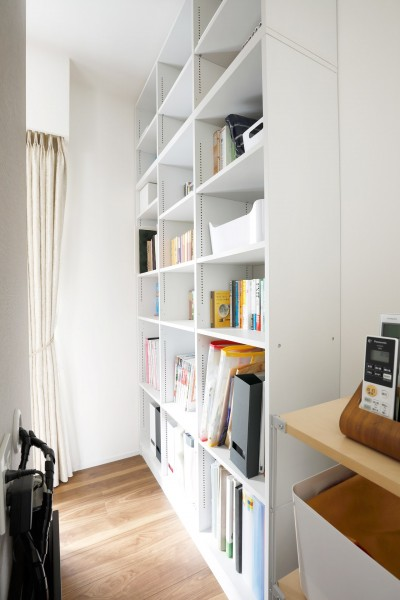 テレビ後ろの収納スペース (一見シンプルな住まいながら、来客には見えないオシャレにもこだわった家。)