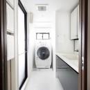 一見シンプルな住まいながら、来客には見えないオシャレにもこだわった家。の写真 明るい洗面と浴室空間