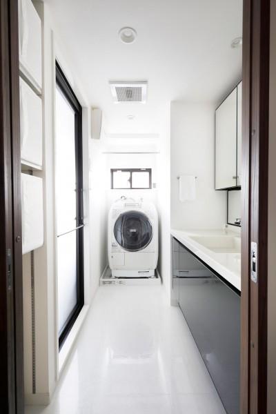 明るい洗面と浴室空間 (一見シンプルな住まいながら、来客には見えないオシャレにもこだわった家。)