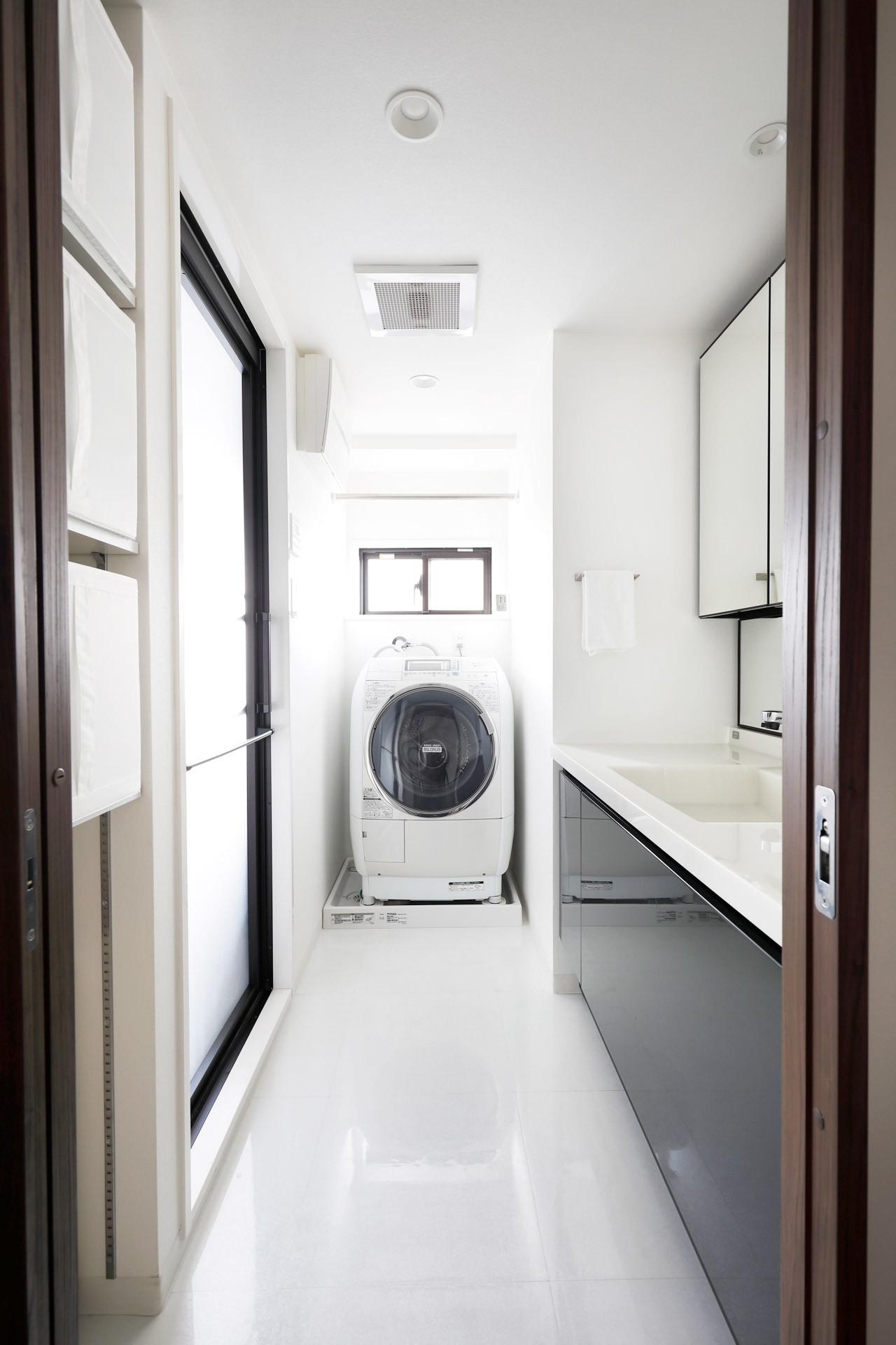 一見シンプルな住まいながら、来客には見えないオシャレにもこだわった家。 (明るい洗面と浴室空間)