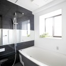 一見シンプルな住まいながら、来客には見えないオシャレにもこだわった家。の写真 浴室