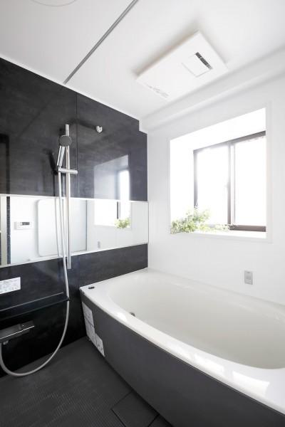 浴室 (一見シンプルな住まいながら、来客には見えないオシャレにもこだわった家。)