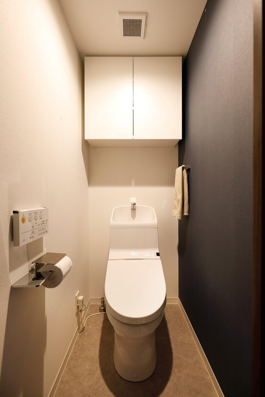 一見シンプルな住まいながら、来客には見えないオシャレにもこだわった家。 (トイレ)