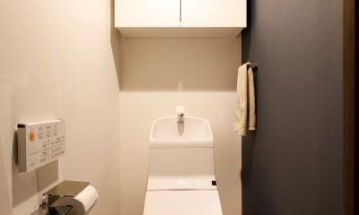 トイレ|一見シンプルな住まいながら、来客には見えないオシャレにもこだわった家。