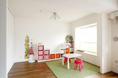 お子様の遊びスペース (一見シンプルな住まいながら、来客には見えないオシャレにもこだわった家。)