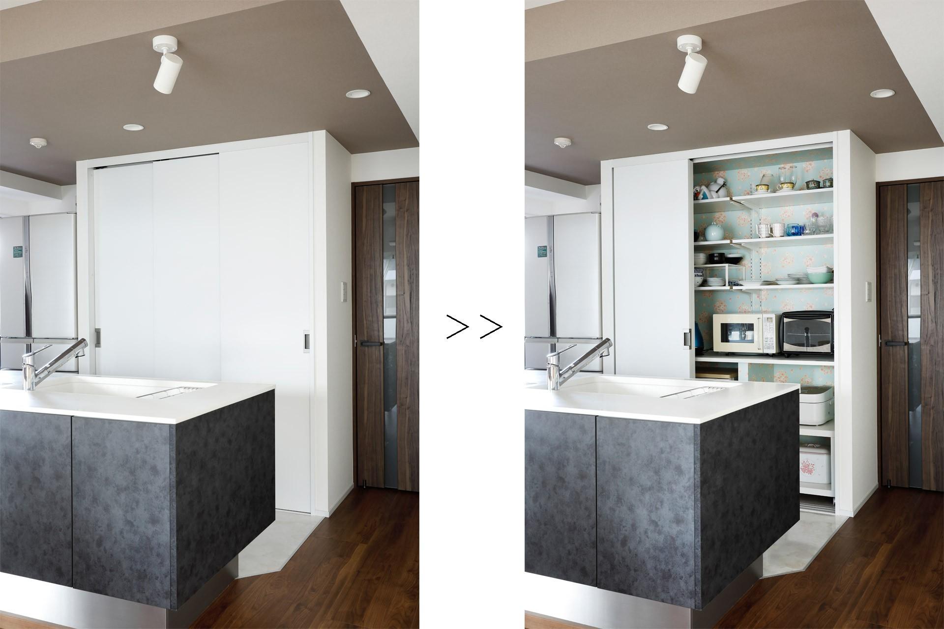 キッチン収納中の壁紙は遊び心を取り入れて 一見シンプルな住まいながら 来客には見えないオシャレにもこだわった家 キッチン事例 Suvaco スバコ