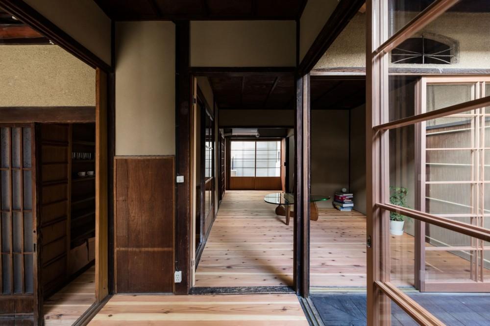昭和小路の長屋|賃貸向け京町家のシンプルリノベーション【京都市】 (みせの間から居間を見る)