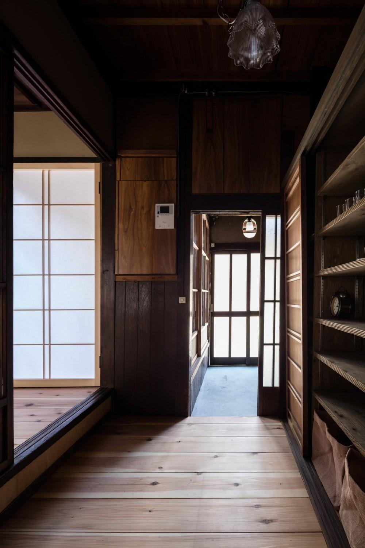 昭和小路の長屋|賃貸向け京町家のシンプルリノベーション【京都市】 (キッチンから玄関をみる)
