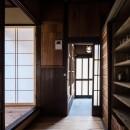 昭和小路の長屋|賃貸向け京町家のシンプルリノベーション【京都市】の写真 キッチンから玄関をみる