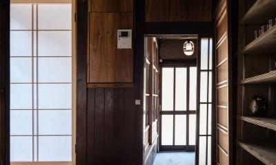 キッチンから玄関をみる|昭和小路の長屋|賃貸向け京町家のシンプルリノベーション【京都市】