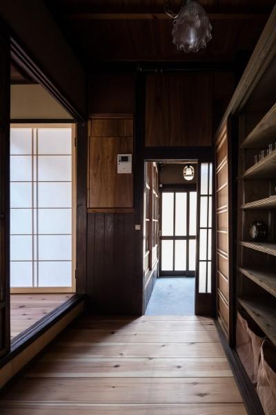 キッチンから玄関をみる (昭和小路の長屋|賃貸向け京町家のシンプルリノベーション【京都市】)