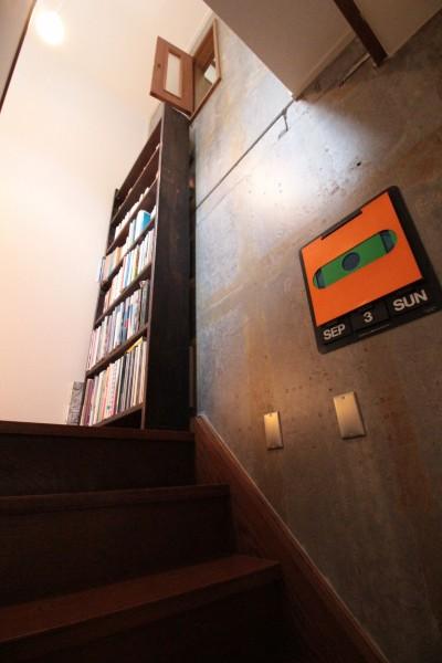 階段 (コンクリート躯体あらわし×木材)