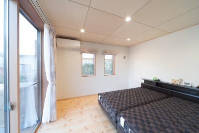 寝室 (犬と暮らす木が香る平屋住宅)
