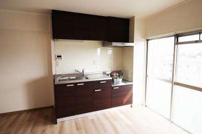 コンパクトなキッチン (コストを抑えて、新築のように生まれ変わったリフォーム)