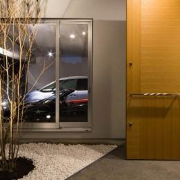 神戸の風景と愛車で挟まれたリビング ほぼ平屋での生活空間 : 西岡本のガレージハウス