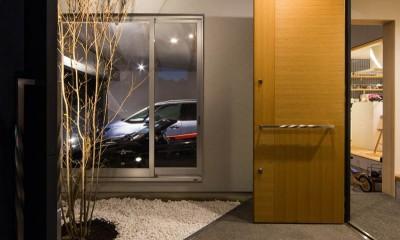 神戸の風景と愛車で挟まれたリビング ほぼ平屋での生活空間 : 西岡本のガレージハウス (エントランスコートの前庭には雨や雪の降る場所があります。)