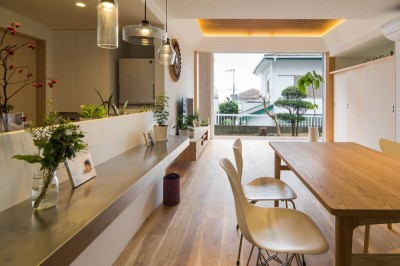 神戸の風景と愛車で挟まれたリビング ほぼ平屋での生活空間 : 西岡本のガレージハウス (全開放サッシによるLDK)