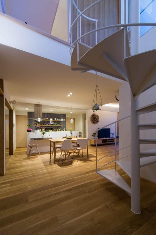 神戸の風景と愛車で挟まれたリビング ほぼ平屋での生活空間 : 西岡本のガレージハウス (らせん階段)