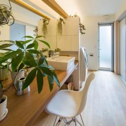 神戸の風景と愛車で挟まれたリビング ほぼ平屋での生活空間 : 西岡本のガレージハウス (洗面 洗濯 ファミリートイレ)