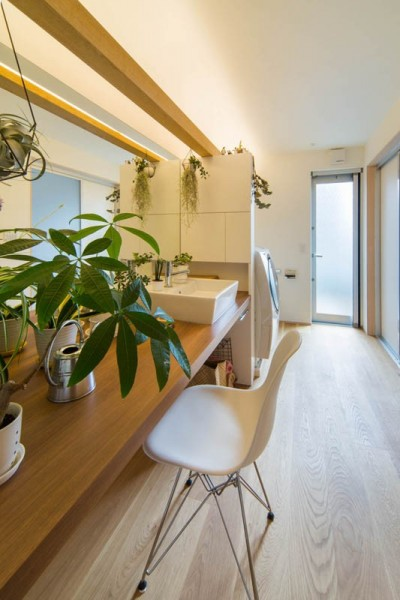 洗面 洗濯 ファミリートイレ (神戸の風景と愛車で挟まれたリビング ほぼ平屋での生活空間 : 西岡本のガレージハウス)