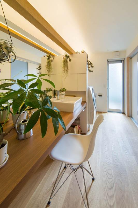矢部直輝「神戸の風景と愛車で挟まれたリビング ほぼ平屋での生活空間 : 西岡本のガレージハウス」
