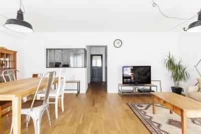 S邸-「ドイツの公営団地」に、選び抜いた家具たちと住む (リビング)