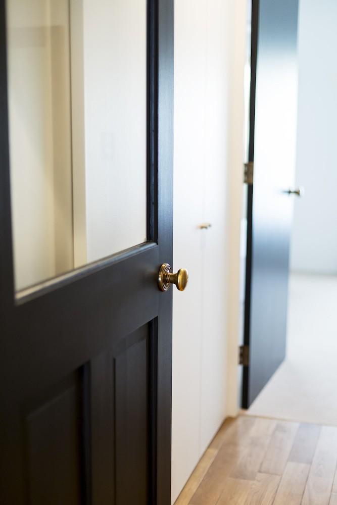 S邸-「ドイツの公営団地」に、選び抜いた家具たちと住む (リビングドア)