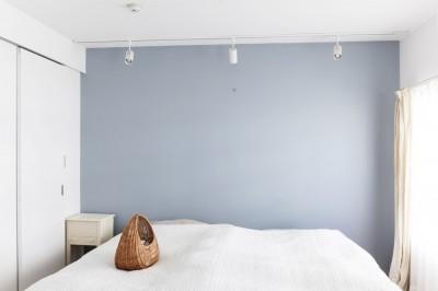 ベッドルーム (S邸-「ドイツの公営団地」に、選び抜いた家具たちと住む)