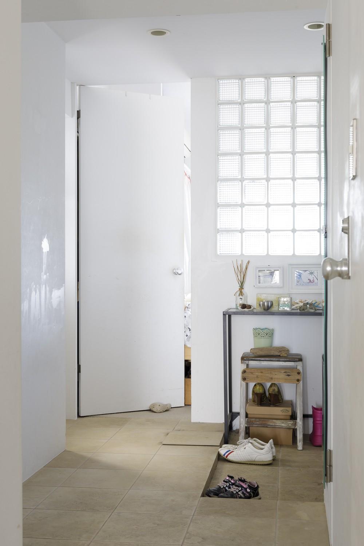 S邸-風と光がまわるリバーサイドの家 (玄関)