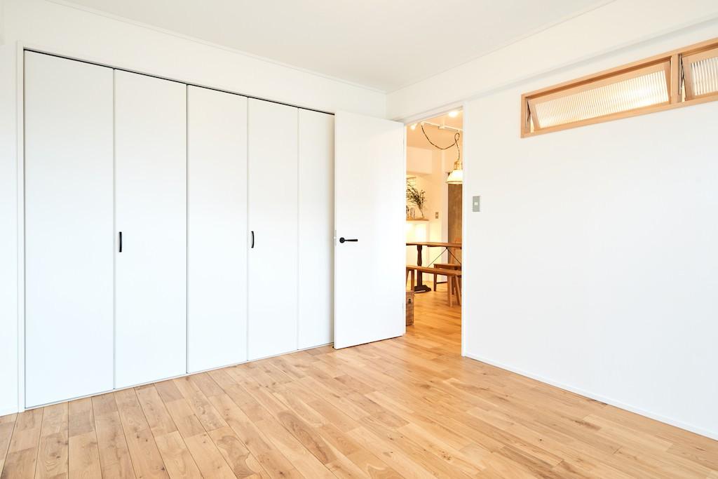 ベッドルーム事例:寝室(広々穏やかな空間)