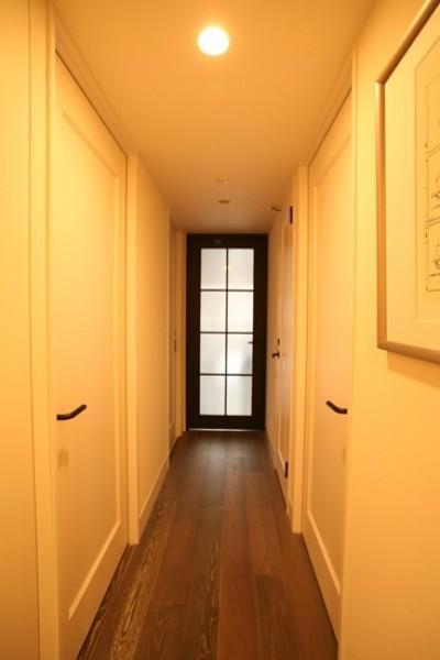 玄関からリビングへ (O邸)