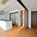 白のキッチンを中心にシンプルな暮らしを。二人の三軒茶屋リノベ住まいの写真 キッチン&サービスルーム