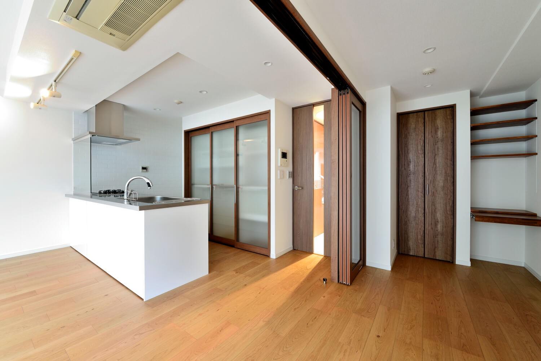 リビングダイニング事例:キッチン&サービスルーム(白のキッチンを中心にシンプルな暮らしを。二人の三軒茶屋リノベ住まい)