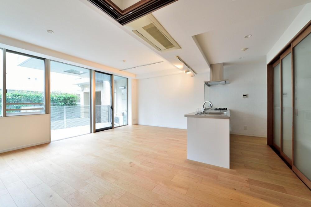 白のキッチンを中心にシンプルな暮らしを。二人の三軒茶屋リノベ住まい (明るいリビング)