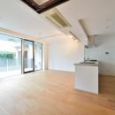 白のキッチンを中心にシンプルな暮らしを。二人の三軒茶屋リノベ住まいの写真 明るいリビング
