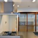 白のキッチンを中心にシンプルな暮らしを。二人の三軒茶屋リノベ住まいの写真 トールサイズのキッチン収納