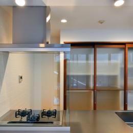 白のキッチンを中心にシンプルな暮らしを。二人の三軒茶屋リノベ住まい